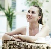 Femme dans le blanc avec du café Photos libres de droits