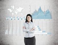 Femme dans le bleu et quatre graphiques sur le béton Image stock