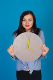 Femme dans le bleu et une horloge Images stock