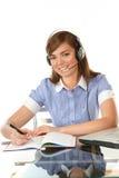 Femme dans le bureau avec l'écouteur Photo libre de droits