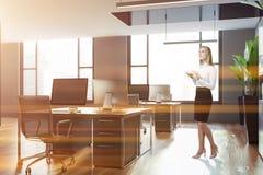 Femme dans le bureau gris de l'espace ouvert avec des fenêtres images libres de droits