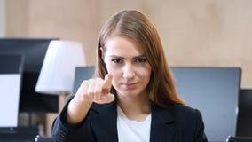 Femme dans le bureau se dirigeant à l'appareil-photo, portrait Photo libre de droits