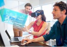 Femme dans le bureau utilisant le casque de réalité virtuelle de VR avec l'interface photographie stock libre de droits