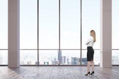 Femme dans le bureau vide Image libre de droits