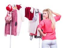 Femme dans le cabinet à la maison choisissant l'habillement, indécision Photos stock