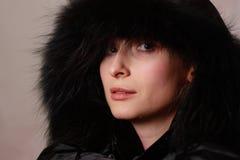 Femme dans le capot noir Photo stock