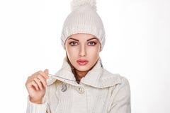 Femme dans le capuchon tricot? par blanc - type de l'hiver Photos stock