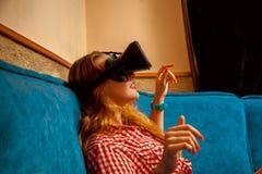 Femme dans le casque de réalité virtuelle Images stock