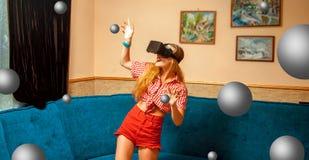 Femme dans le casque de réalité virtuelle Photographie stock
