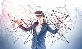 Femme dans le casque de VR, interface r?seau photos libres de droits