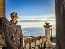 Femme dans le castelmola avec le fond de ciel photos stock