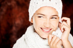 Femme dans le chandail et le capuchon de laines Photographie stock libre de droits
