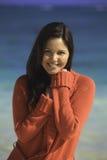 Femme dans le chandail sur la plage Photographie stock