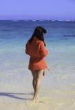 Femme dans le chandail sur la plage Images stock
