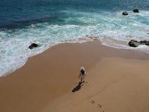 Femme dans le chapeau au sable tropical au-dessus de la plage Acapulco, Mexique Images libres de droits