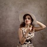 Femme dans le chapeau avec martini Photographie stock libre de droits