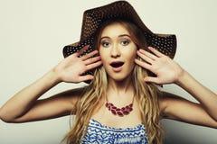Femme dans le chapeau d'été de paille Photographie stock libre de droits