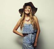 Femme dans le chapeau d'été de paille Photographie stock