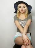 Femme dans le chapeau d'été de paille Photos stock
