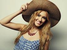 Femme dans le chapeau d'été de paille Photos libres de droits
