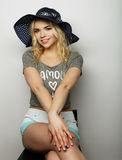 Femme dans le chapeau d'été de paille Photo libre de droits