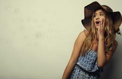 Femme dans le chapeau d'été de paille Image libre de droits