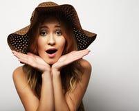 Femme dans le chapeau d'été de paille Image stock