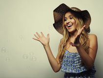 Femme dans le chapeau d'été de paille Images stock