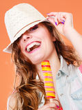 Femme dans le chapeau d'été mangeant la crème de bruit de glace Photo libre de droits