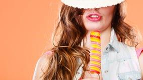 Femme dans le chapeau d'été mangeant la crème de bruit de glace Photographie stock