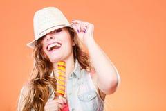 Femme dans le chapeau d'été mangeant la crème de bruit de glace Image libre de droits