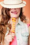 Femme dans le chapeau d'été mangeant la crème de bruit de glace Image stock