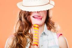 Femme dans le chapeau d'été mangeant la crème de bruit de glace Photo stock