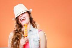 Femme dans le chapeau d'été mangeant la crème de bruit de glace Images stock