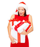 Femme dans le chapeau d'aide de Santa avec beaucoup de boîte-cadeau Photographie stock libre de droits