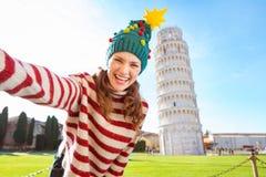 Femme dans le chapeau d'arbre de Noël prenant le selfie à Pise image stock