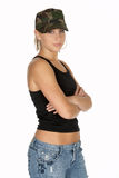 Femme dans le chapeau de camouflage avec des bras pliés photos stock