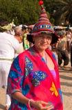 Femme dans le chapeau de clown et des vêtements lumineux Photos libres de droits