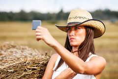 Femme dans le chapeau de cowboy pr s d 39 une balle de paille for Regard dans le miroir