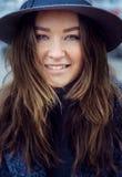 Femme dans le chapeau de feutre gris, promenade enjoing de ville, extérieure Images libres de droits