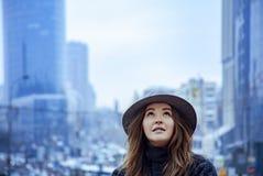 Femme dans le chapeau de feutre gris, promenade enjoing de ville, extérieure Photos stock