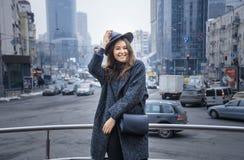 Femme dans le chapeau de feutre gris, promenade enjoing de ville, extérieure Image stock