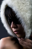 Femme dans le chapeau de fourrure blanc Photographie stock