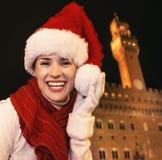 Femme dans le chapeau de Noël près de Palazzo Vecchio ayant le temps d'amusement Images libres de droits