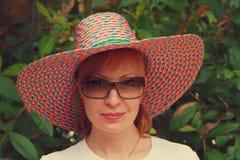 Femme dans le chapeau de paille Photographie stock