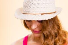 Femme dans le chapeau de paille d'été sur la tête Images stock