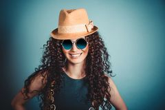 Femme dans le chapeau de paille et le sourire bleu de lunettes de soleil photos libres de droits