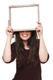Femme dans le chapeau de Santa tenant la grande carte blanche Photos stock