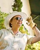 Femme dans le chapeau de Sun et les gants de jardinage Photographie stock libre de droits
