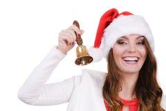 Femme dans le chapeau du père noël sonnant une cloche Photographie stock libre de droits